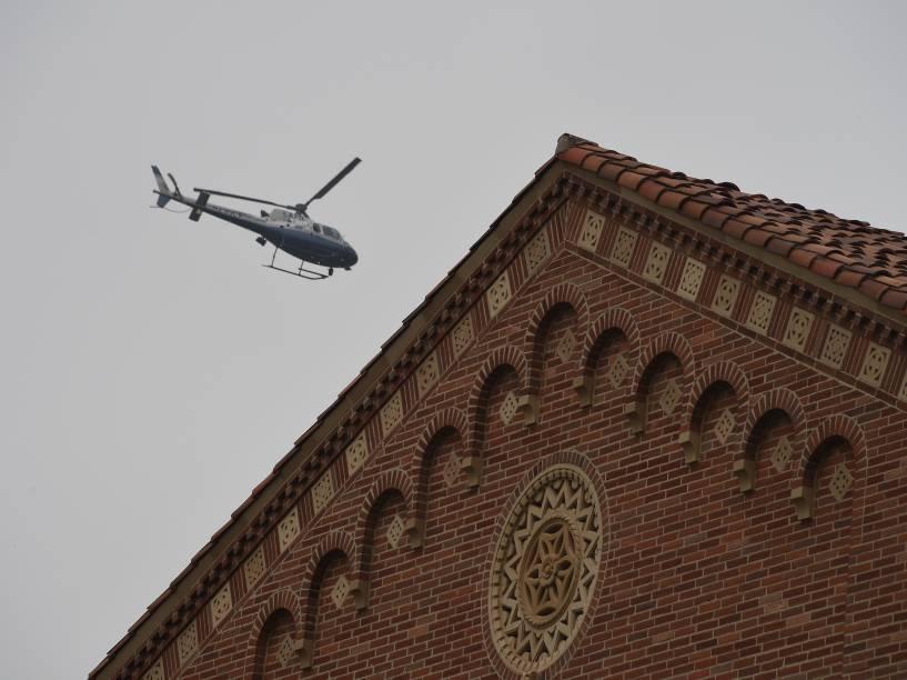 Helicóptero da polícia de Los Angeles patrulha a área do campus da Universidade da Califórnia após tiroteio - 01/06/2016