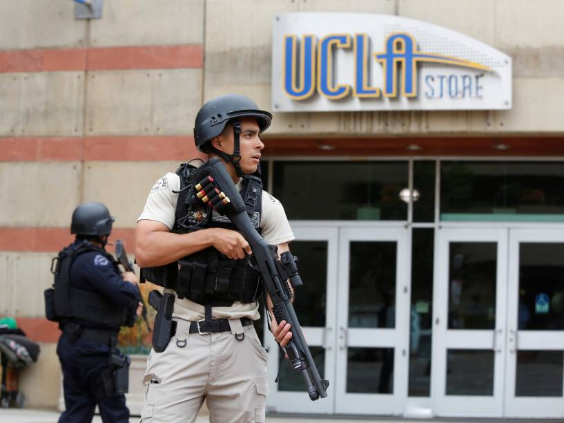 Equipe de segurança é vista do lado de fora do campus da Universidade da Califórnia na sequência de um tiroteio no local - 01/06/2016