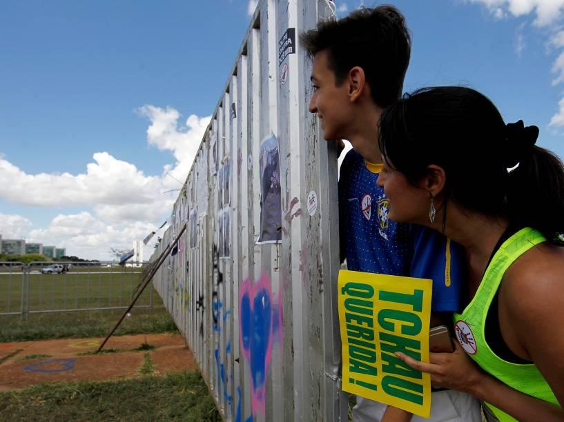 Polícia militar de Brasília coloca um muro improvisado, na frente do Congresso Nacional, para separar os manifestantes contra e a favor do Impeachment, a fim de evitar conflito durante protestos