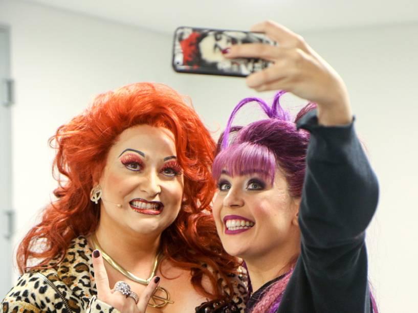 Lívia Dabarian e Andrezza Massei nos bastidores do musical 'We Will Rock You'