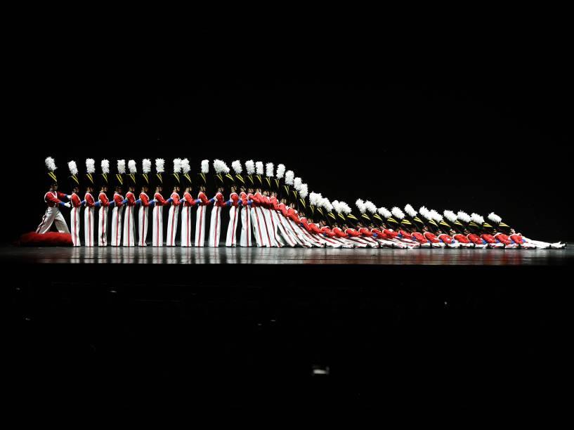 A companhia de dança The Rockettes apresenta a Parada dos Soldados de Madeira, durante o Radio City Christmas Spectacular, show anual realizado no Radio City Music Hall desde 1933