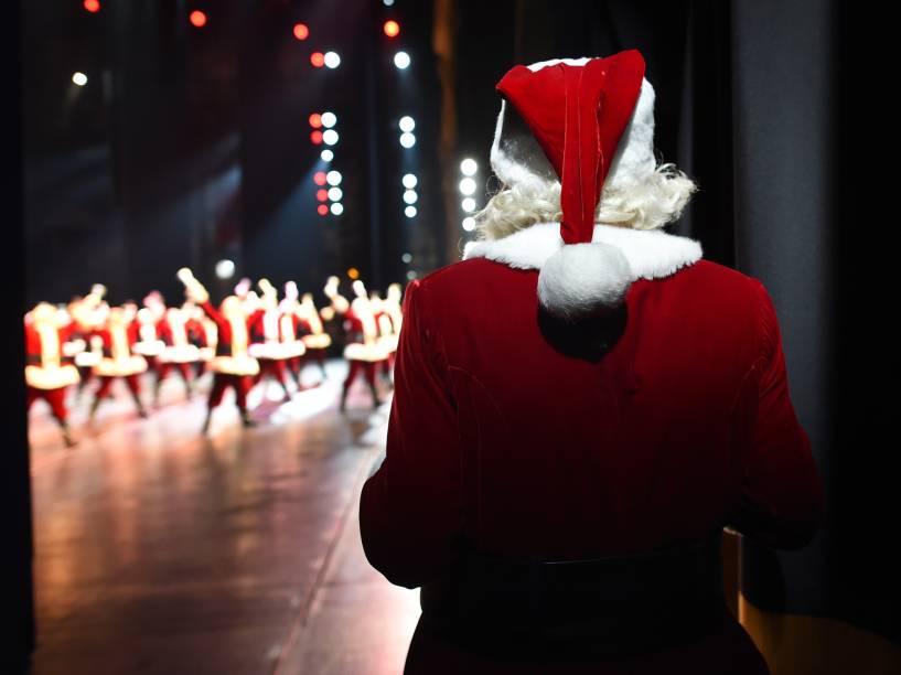 Papai Noel, interpretado por Charles Edward Hall, é visto nos bastidores enquanto se prepara para entrar no palco, durante o Radio City Christmas Spectacular, show anual realizado no Radio City Music Hall desde 1933