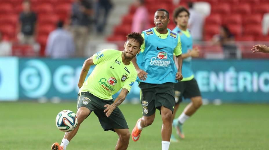 Neymar e Robinho durante treinamento em Cingapura. Capitão da seleção sente dores, mas está confirmado contra o Japão