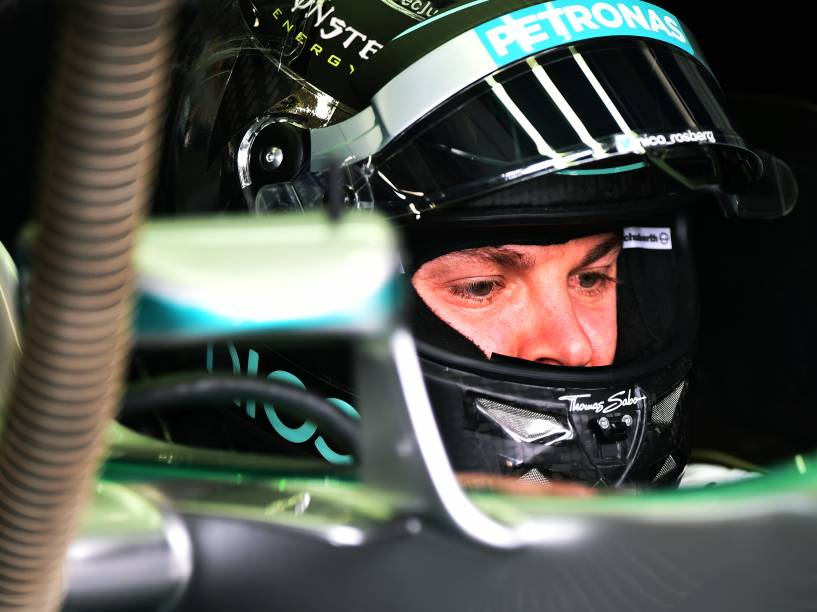 Nico Rosberg nos boxes da Mercedes durante treino classificatório para o Grande Prêmio do Brasil de Fórmula 1