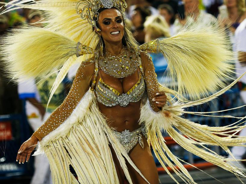 Nicole Bahls durante o desfile da escola de samba Vila Isabel durante segundo dia de desfiles do grupo especial do Carnaval do Rio de Janeiro no Sambódromo Marquês de Sapucaí