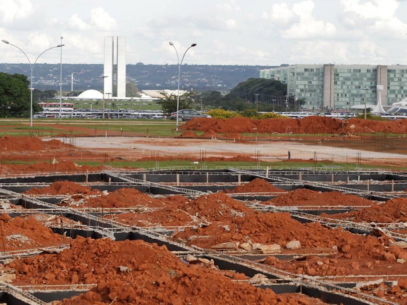 Obra que deveria ter ficado pronta para a Copa do Mundo ainda está acabada nas proximidades do estádio Mané Garrincha