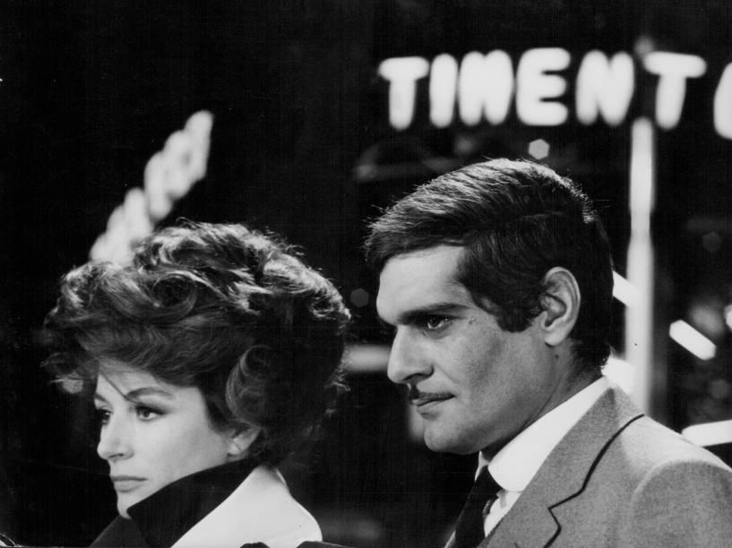 A atriz Anouk Aimee e Omar Sharif em cena do filme O Encontro, de 1969
