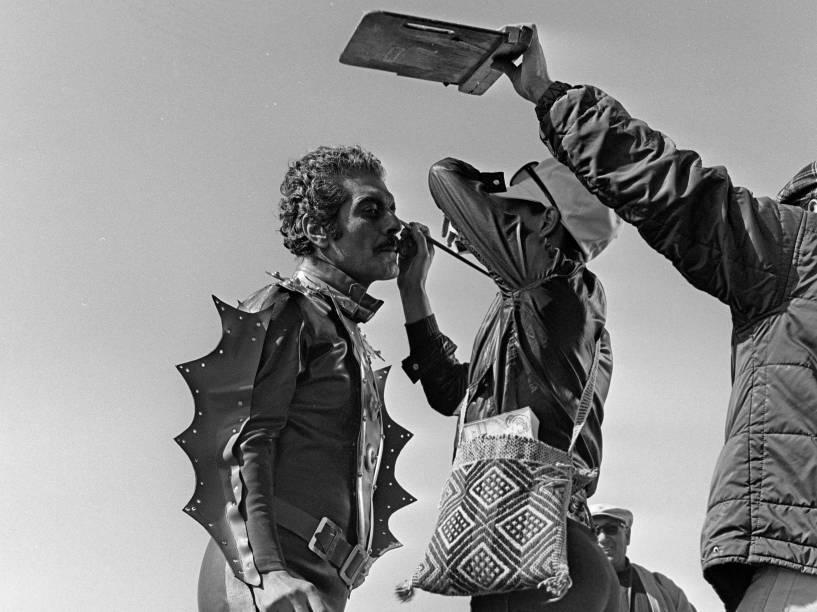 O ator egípcio Omar Sharif sendo maquiado durante a filmagem da série de TV Lîle Mystérieuse (1973)