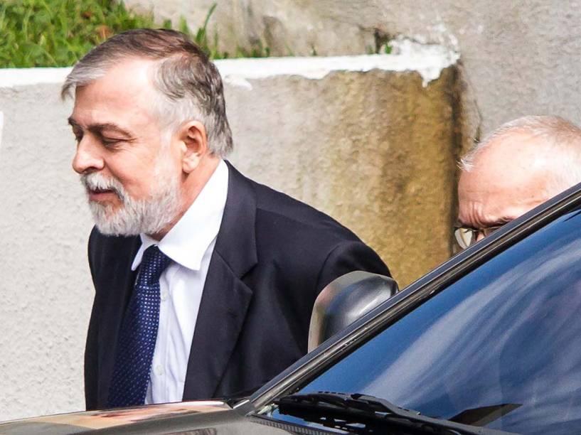 Paulo Roberto Costa é visto deixando a sede da Polícia Federal em Curitiba - 13/02/2015