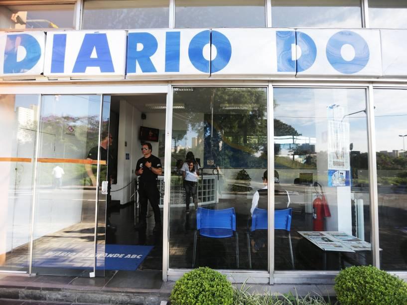 Policiais federais fazem buscas na sede do jornal Diário do Grande ABC, em Santo André, na Grande São Paulo, na manhã desta sexta-feira (01). A ação faz parte da 27ª fase da operação Lava Jato, que tem como um dos alvos Ronan Maria Pinto, dono do jornal