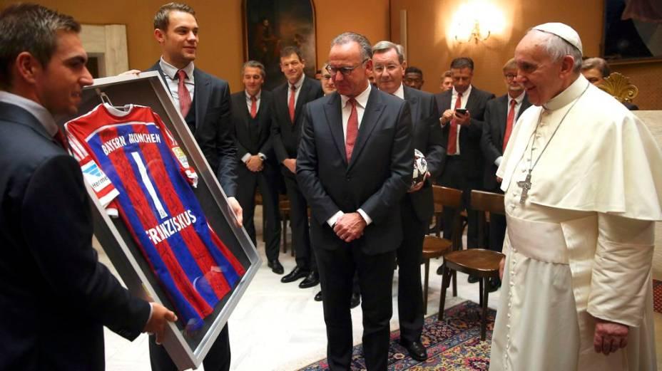 Lahm, Neuer e Rummenigge entregam uma camisa do Bayern de Munique ao papa Francisco, no Vaticano, um dia depois da goleada sobre a Roma, 7 a 1