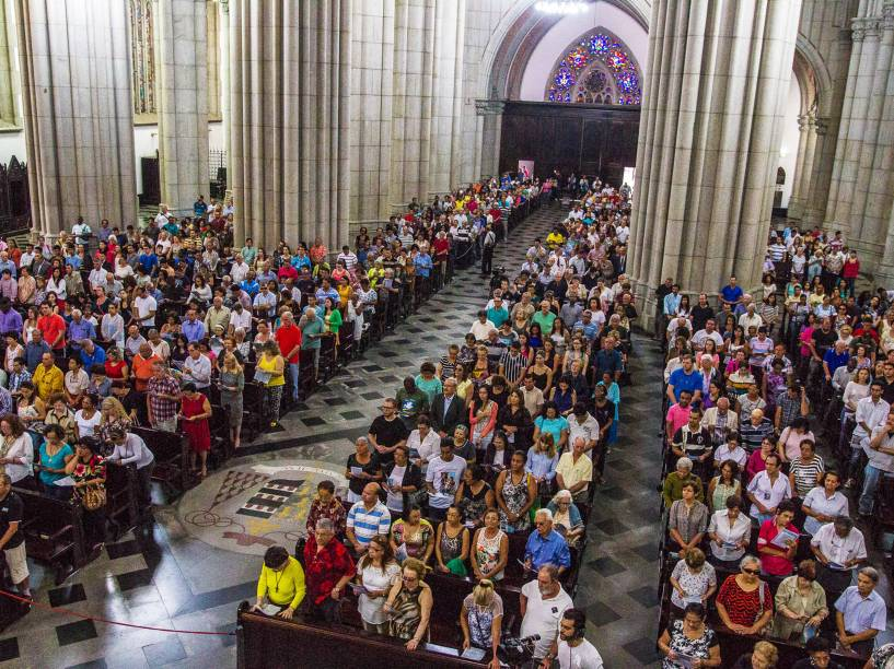 Fiéis durante a missa na Catedral da Sé, em São Paulo