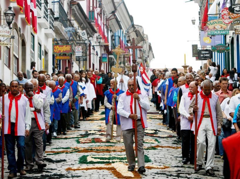Fiéis celebram missa e procissão da ressurreição de Cristo com tapetes de serragem pelo caminho, em Ouro Preto (MG)