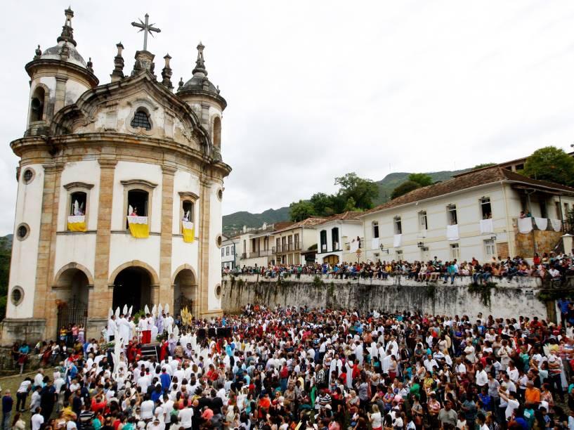 Neste domingo, centenas de pessoas participam de missa e procissão na cidade histórica de Ouro Preto, em Minas Gerais
