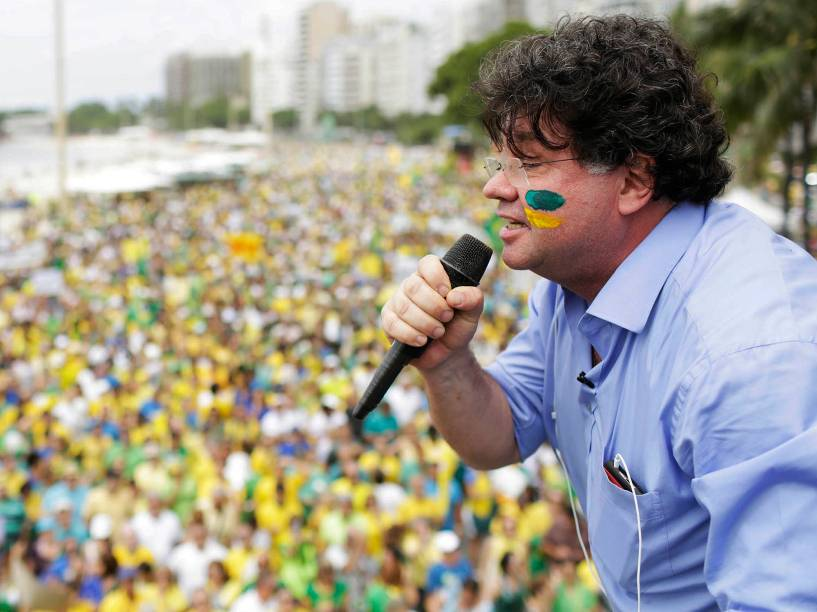 Marcelo Madureira durante ato contra a corrupção e a presidente Dilma Rousseff, em Copacabana, Rio de Janeiro, neste domingo (13)