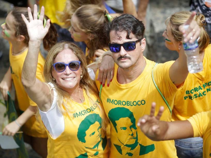Susana Vieira e Marcelo Serrado, em protesto contra Dilma Rousseff, na Praia da Copacabana, no Rio de Janeiro (RJ), neste domingo (13)