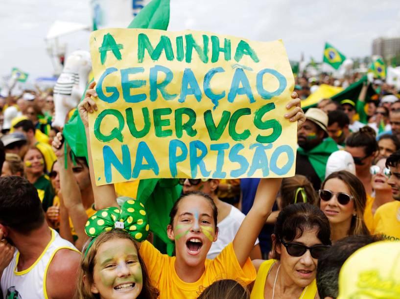 Protestos contra o governo, na Praia de Copacabana, no Rio de Janeiro (RJ), neste domingo (13)