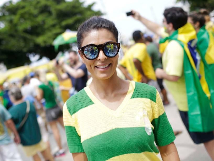 Atriz Juliana Paes, em protesto contra o governo de Dilma Rousseff, na Praia de Copacabana, no Rio de Janeiro (RJ), neste domingo (13)