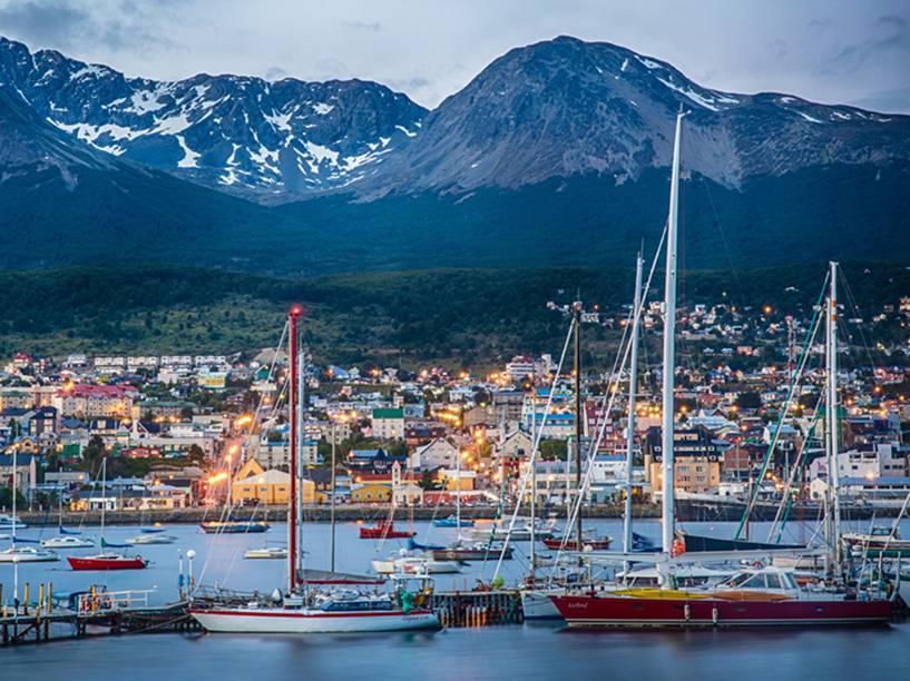 Vista da área residencial de Ushuaia, a partir do porto, com a Cordilheira dos Andes ao fundo