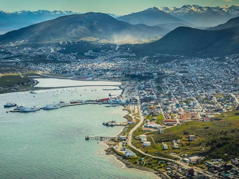 Vista aérea panorâmica da cidade e zona portuária do Ushuaia, com a Cordilheira dos Andes ao fundo