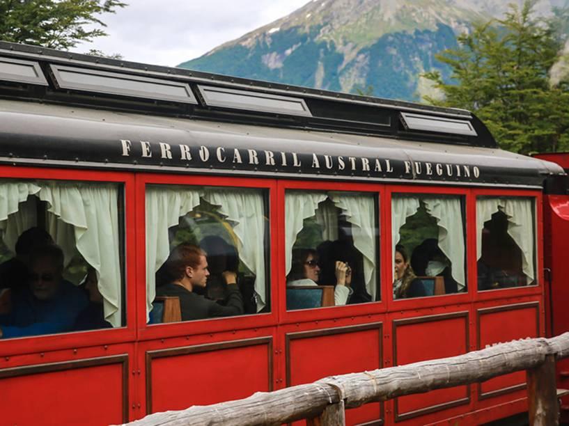 Turistas no passeio do Trem do Fim do Mundo em Ushuaia