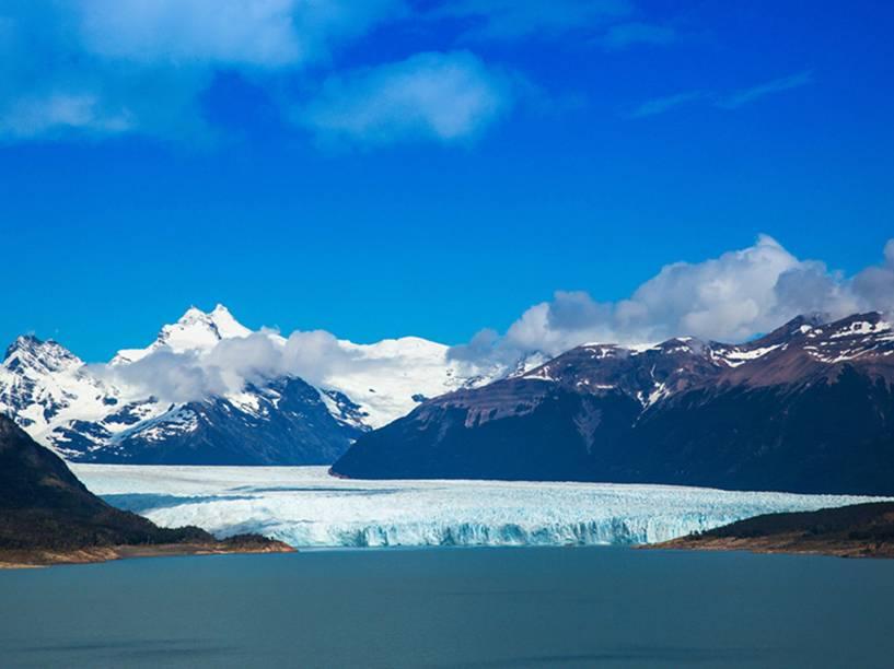 A geleira Perito Moreno se estende desde o campo de gelo Patagônico Sul, na fronteira entre Argentina e Chile, até o braço sul do Lago Argentino. É considerada uma das reservas de água doce mais importantes do mundo