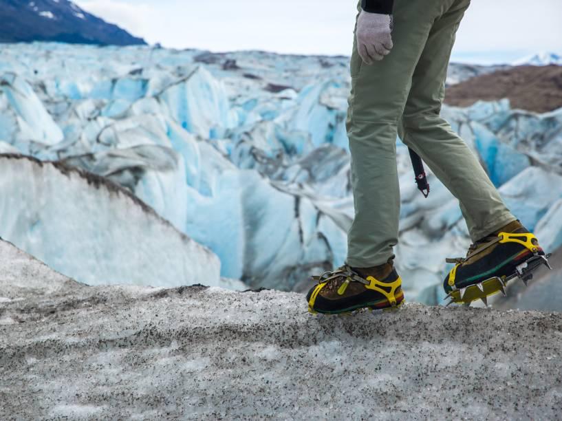 Homem pratica trekking sobre o Glaciar Viedma, localizado no Parque Nacional Los Glaciares, o maior da Argentina