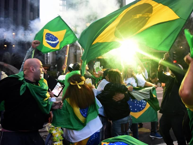 Manifestantes comemoram a aprovação do processo de impeachment que afasta Dilma Rousseff, na Avenida Paulista, em São Paulo (SP) - 12/05/2016
