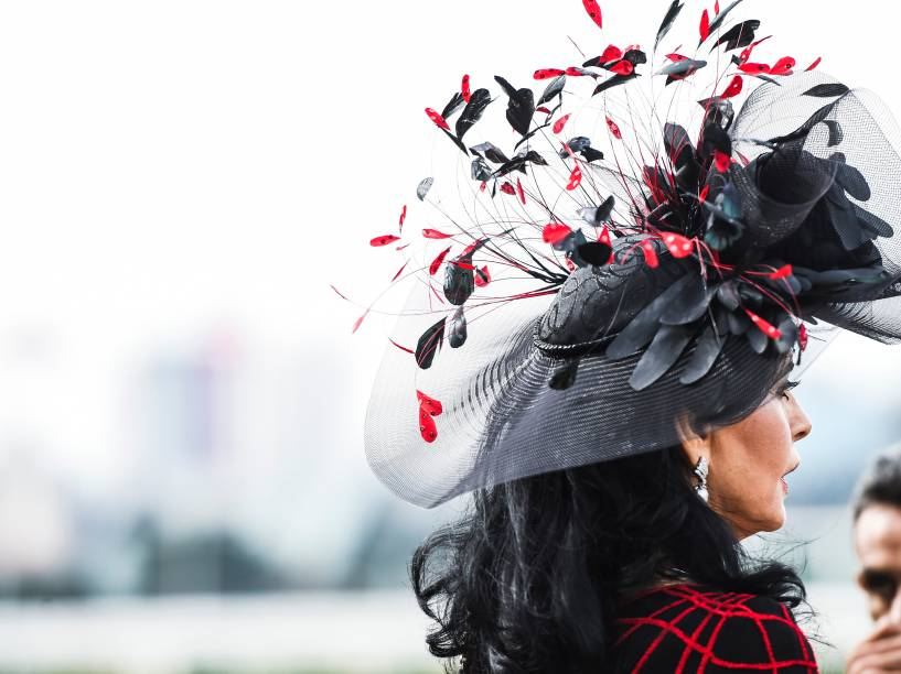 Chapéus chamam atenção durante o Grande Prêmio São Paulo 2015 realizado no Jockey Club