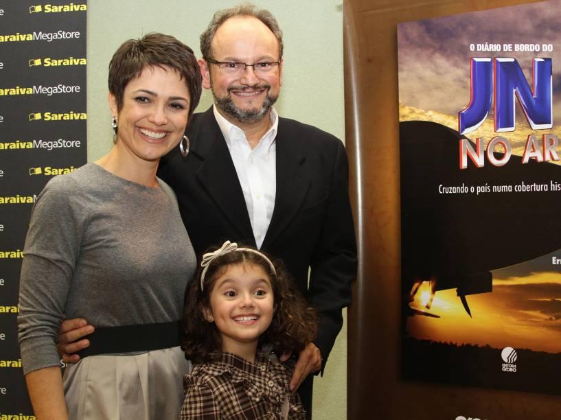 A jornalista Sandra Annenberg com o marido, Ernesto Paglia e a filha Elisa, no lançamento de seu livro O Diário de Bordo do JN, em São Paulo - 2011