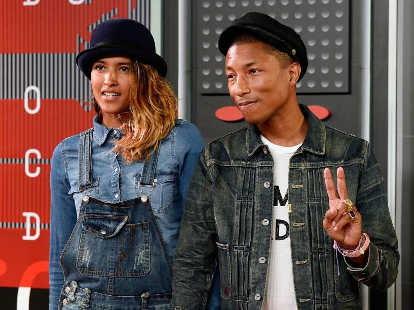 A modelo Helen Lasichanh (e) e o cantor Pharrell William no Video Music Awards, da MTV, em Los Angeles, neste domingo (30)