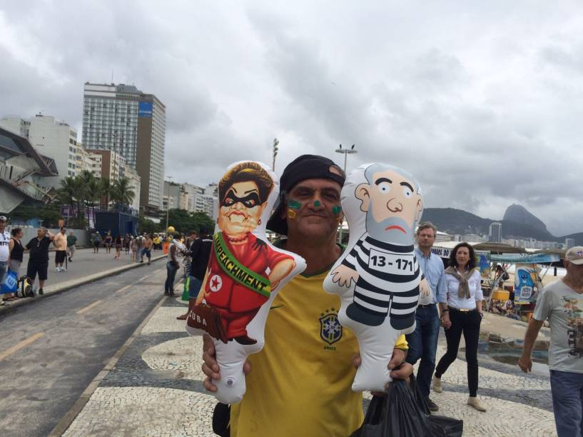 Pixuleco e boneca de Dilma à venda