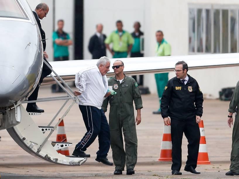 O ex-diretor do Banco do Brasil, Henrique Pizzolato, é escoltado por agentes da PF no aeroporto de Brasília (DF), nesta sexta-feira 23