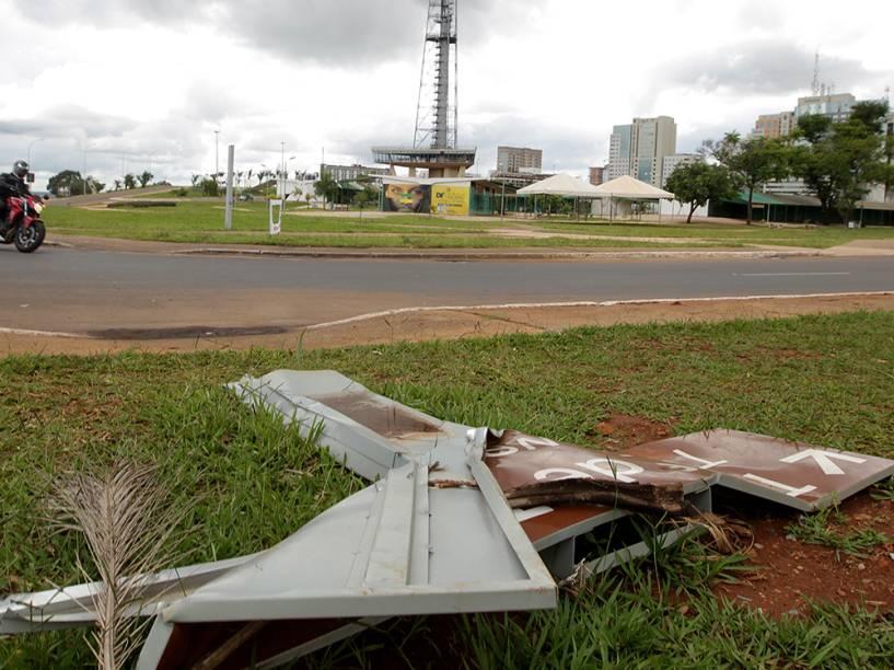 Placas destruídas na região do Eixo Monumental, no centro de Brasília