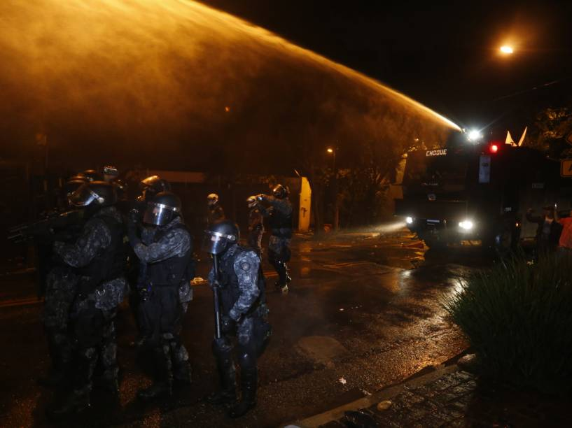 Tropa de choque expulsa com jatos dágua e bomba de gás lacrimogêneo, os manifestantes que protestavam na frente da casa de Michel Temer, após quatro horas de protesto contra o Presidente - 23/05/2016