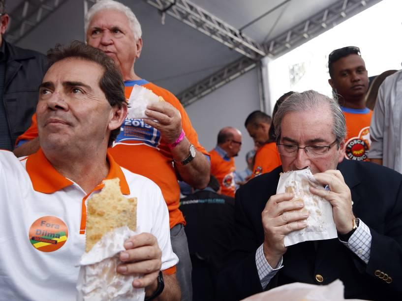 O presidente da Câmara, Eduardo Cunha (PMDB-RJ), o deputado Paulinho da Força (e), durante evento na praça Campo de Bagatelle, na zona norte de São Paulo, nesta sexta-feira (1°), durante as celebrações do Dia do Trabalho, promovido pela Força Sindical, com diversos shows gratuitos