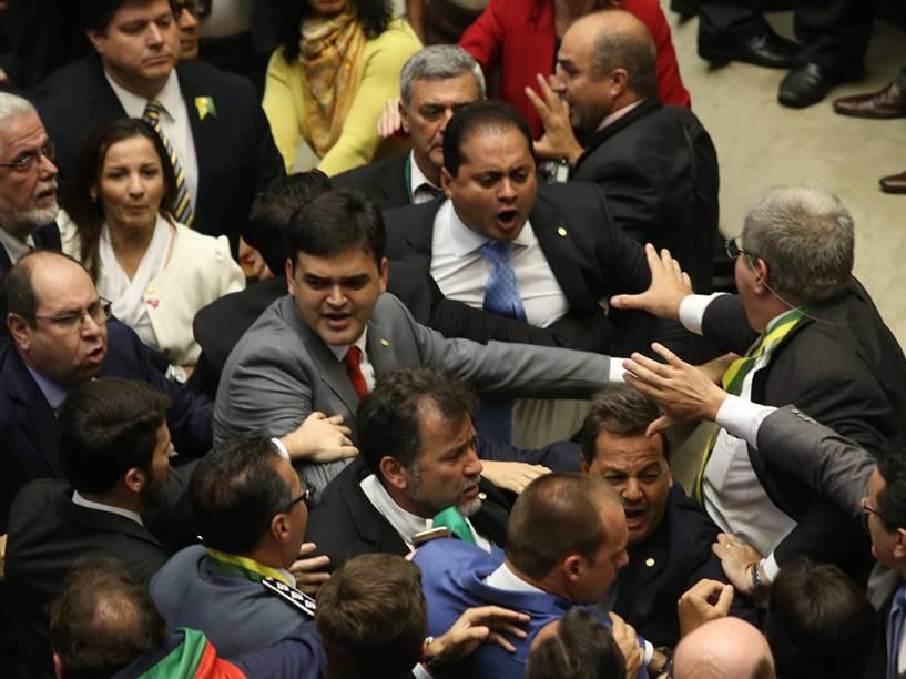 Confusão na Câmara dos Deputados entre partidos a favor e contra o Impeachment da Presidente Dilma Rousseff. Acontece hoje a votação que dá ou não prosseguimento ao processo - 17/04/2016
