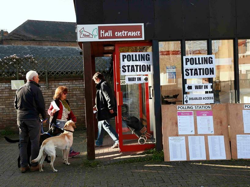 Cidadãos se dirigem às cabines eleitorais para votar nas eleições da prefeitura de Londres - 05/05/2016