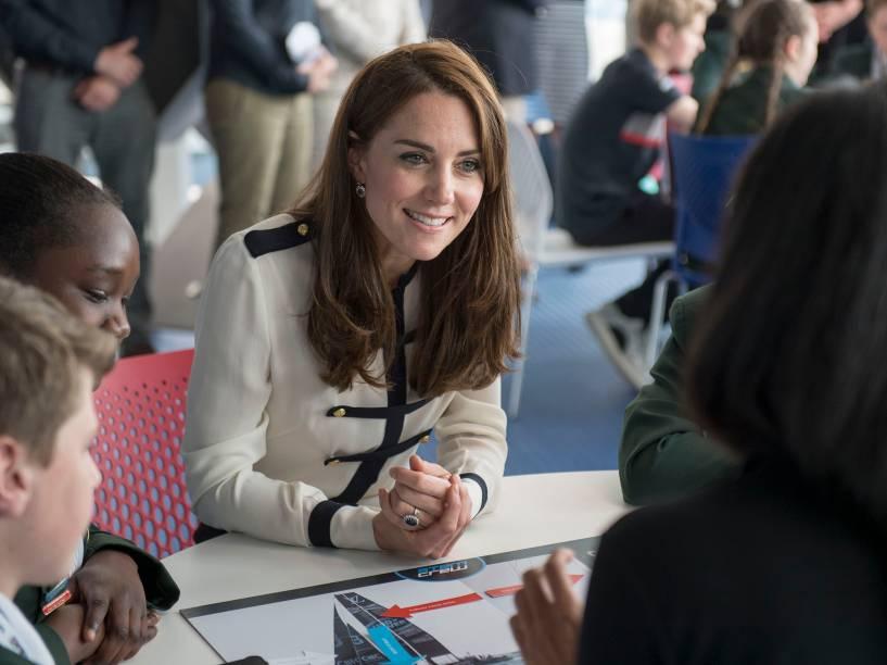 Kate Middleton, a duquesa de Cambrige visita a feira de Ciência da Engenharia de Tecnologia e Matemática (STEM), organizado por alunos do sétimo ano do ensino fundamental, na cidade de Portsmouth, sul a Inglaterra - 20/05/2016