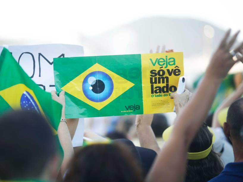 Manifestante levanta cartaz em manifestação a favor do Impeachment, no Rio de Janeiro - 17/04/2016