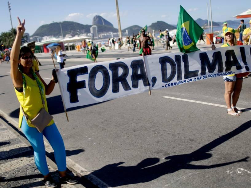 Manifestantes levantam cartaz contra a presidente Dilma em manifestação a favor do Impeachment, no Rio de Janeiro - 17/04/2016