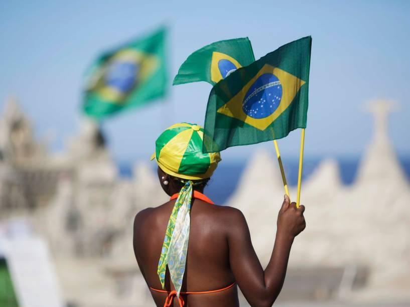 Em Copacabana, manifestante levanta bandeira do Brasil em apoio do Impeachment da presidente Dilma Rousseff, que será votado hoje na Câmada dos Deputados - 17/04/2016