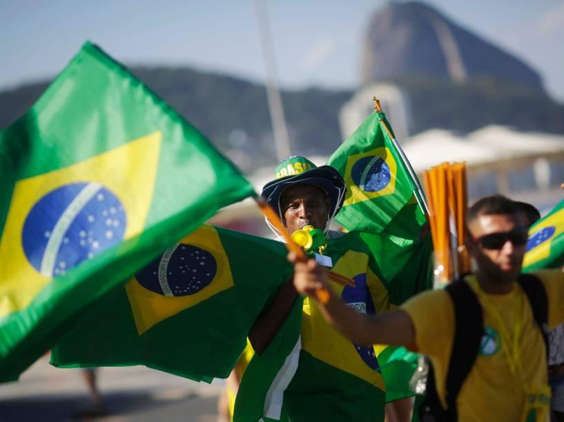 Manifestantes protestam a favor do Impeachment na praia de Copacabana, no Rio de Janeiro - 17/04/2016
