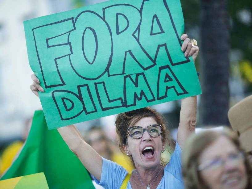 Manifestantes protestam a favor do Impeachment da presidente Dilma Rousseff, em Copacabana, no Rio de Janeiro. A votação que decide a continuidade do processo acontece hoje, na Câmara dos Deputados - 17/04/2016