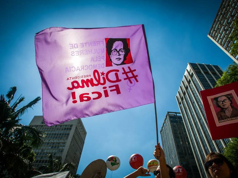 """Manifestante levanta bandeira com os dizeres """"Dilma fica"""", para protestar contra o processo de Impeachment, no Vale do Anhangabaú, em São Paulo - 17/04/2016"""