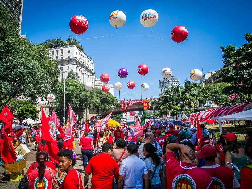 Concetração de manifestantes do Vale do Anhangabaú protestam contra o Impeachment, em São Paulo - 17/04/2016