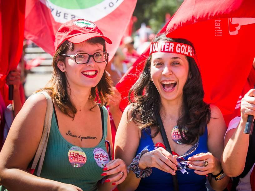 Garotas participam de protesto contra o Impeachment no Vale do Anhangabaú, centro da cidade de São Paulo - 17/04/2016