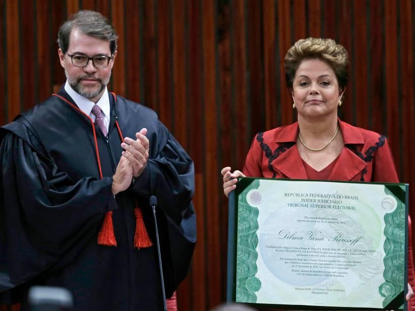 A presidente Dilma Rousseff é diplomada para o seu segundo mandato como presidente da República no TSE (Tribunal Superior Eleitoral), na capital federal, nesta quinta-feira (18). O ex-presidente Luiz Inácio Lula da Silva, o vice-presidente Michel Temer e o ministro José Antonio Dias Toffoli participam da solenidade