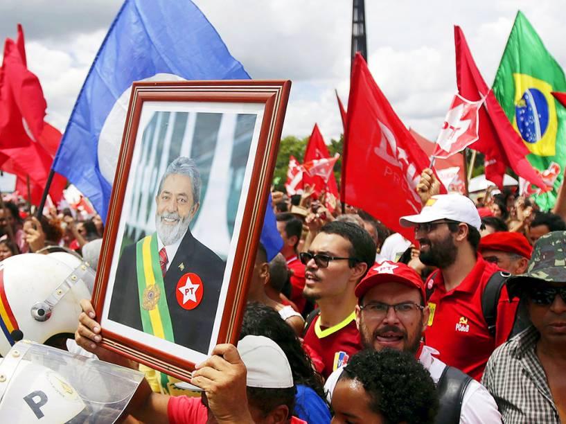 Manifestantes a favor do governo, comemoram posse do ex-presidente Lula, ao cargo do ministro-chefe da Casa Civil, no Palácio do Planalto, em Brasília (DF), nesta quinta-feira (17)