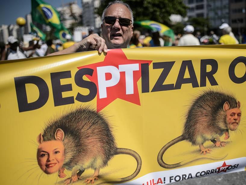 Manifestante na praia de Copacabana, no Rio de Janeiro